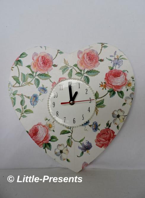 Uhr in Herzform mit Rosenmotiv